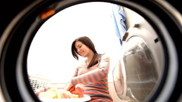 洗濯をしています。 - 楽しい 洗濯点の映像素材/bロール