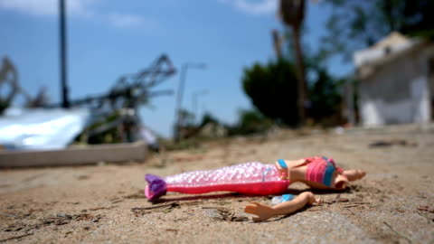 vídeos de stock e filmes b-roll de doll broken after tsunami - brinquedo