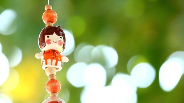 vídeos de stock, filmes e b-roll de boneca móvel pendurado na árvore - mobile