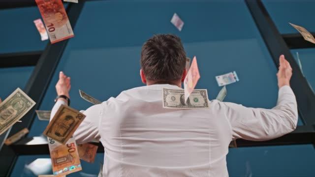 vídeos y material grabado en eventos de stock de billetes de un dólar de los estados unidos y billetes de euro cae sobre el empresario en la ventana de la oficina, cámara super lenta - prosperidad