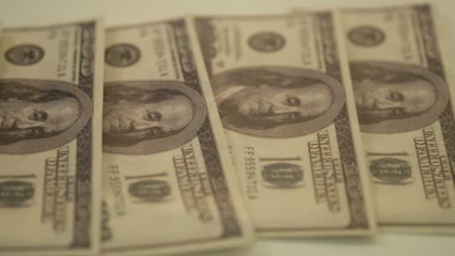 dollarsedlar närbild på tabell räkna tre hundra dollarsedlar för hundra dollar. pengar koncept, 4k film. - dept bildbanksvideor och videomaterial från bakom kulisserna
