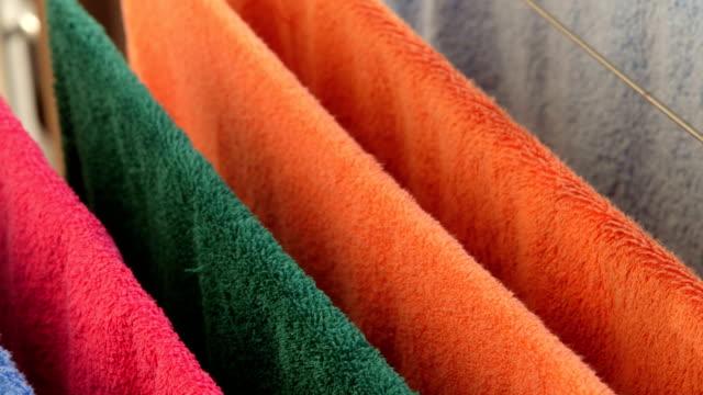dolly : カラフルなバスタオルに飾る長めの衣類乾燥用ラック - 乾燥点の映像素材/bロール