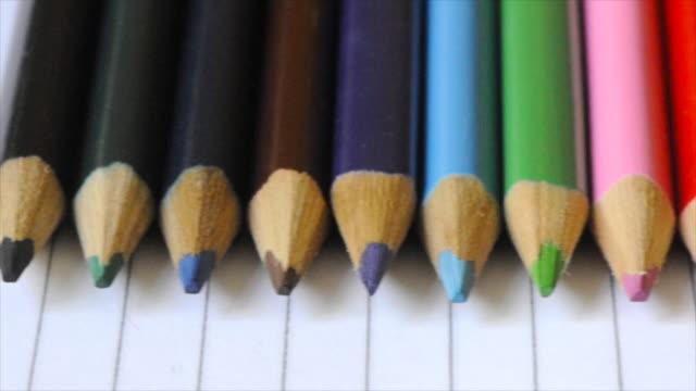 dolly: farbstifte auf papier, elementaren parlamentarische bestuhlung - grundschule stock-videos und b-roll-filmmaterial