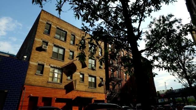 ドリー ショット典型的なマンハッタンのアパートの建物を確立します。 - 煉瓦点の映像素材/bロール