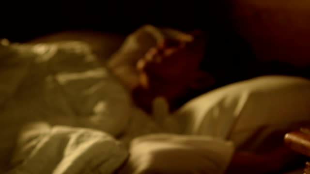 vídeos de stock e filmes b-roll de dolly footage of woman with insomnia lying in bed with open eyes - dormir