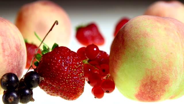 dolly: frutta e bacche sullo sfondo - ribes rosso video stock e b–roll