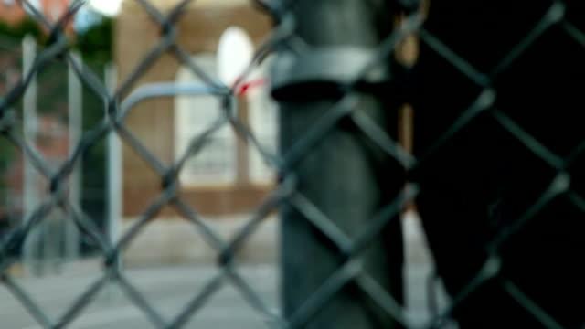 vídeos y material grabado en eventos de stock de dolly rack valla a cancha de básquetbol medio - patio de colegio
