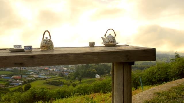 dolly: zeit zum entspannen mit chinesischen tee am morgen. - grüner tee stock-videos und b-roll-filmmaterial