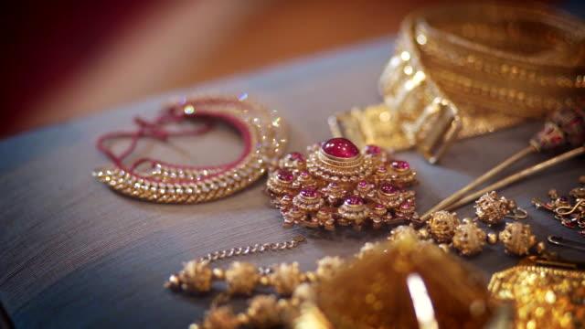 伝統的なタイスタイルの宝石と古代の黄金の宝石やアクセサリーのドリー右カメラ。 - 骨董品点の映像素材/bロール