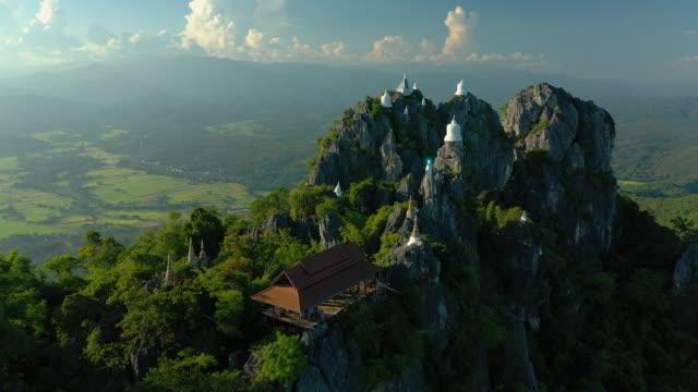 dolly sağ: dağ zirvesinde tapınak pagoda - stupa stok videoları ve detay görüntü çekimi