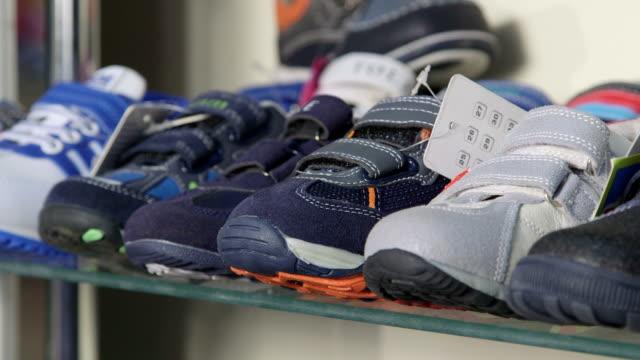 Dolly: Prateleira com calçados para crianças no crianças Loja de Sapatos - vídeo