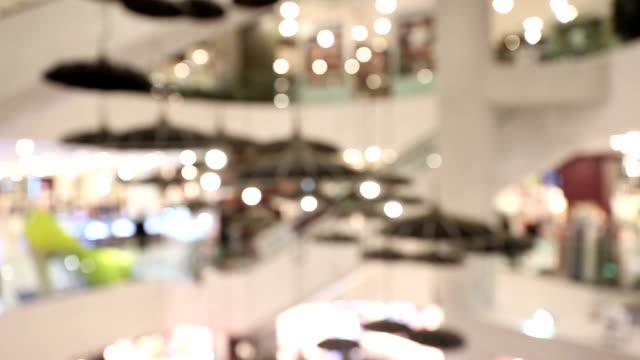 vídeos y material grabado en eventos de stock de carro de tiro: abstracto borrosa de fondo del centro comercial peatonal - enfoque en primer plano