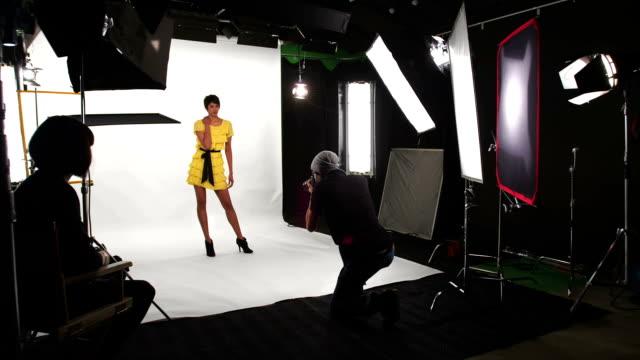 vídeos de stock, filmes e b-roll de câmera em movimento em sessão de fotos - moda urbana