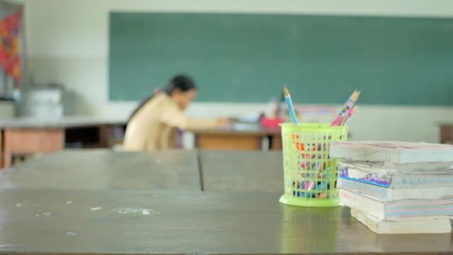 dolly asya kırsal sınıf bulanık arka plan vurdu. - i̇çinde stok videoları ve detay görüntü çekimi