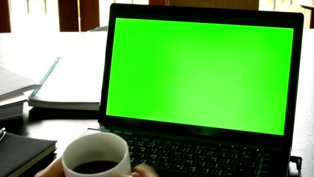 ドリー ショット: オフィス テーブル - ビジネス コンセプトでクロマキーの緑色の画面でラップトップ コンピューターを使用してビジネスの男性 - pc 画面点の映像素材/bロール