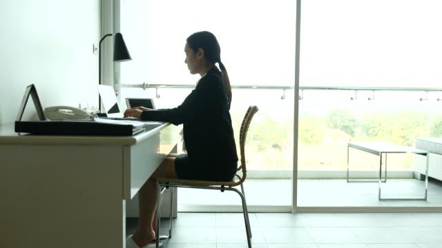ドリー ショット : 女性実業家のワークデスクにでしまわれています。ドイツ PR 、4 K (UHD) ビデオ