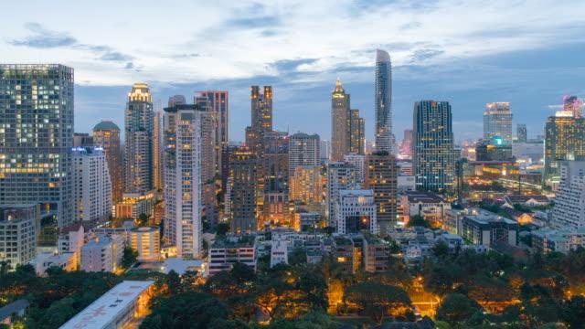 dolly çekim merkezi iş bölgesi tayland, gün gece hızlandırılmış, bangkok simgesel - bangkok stok videoları ve detay görüntü çekimi