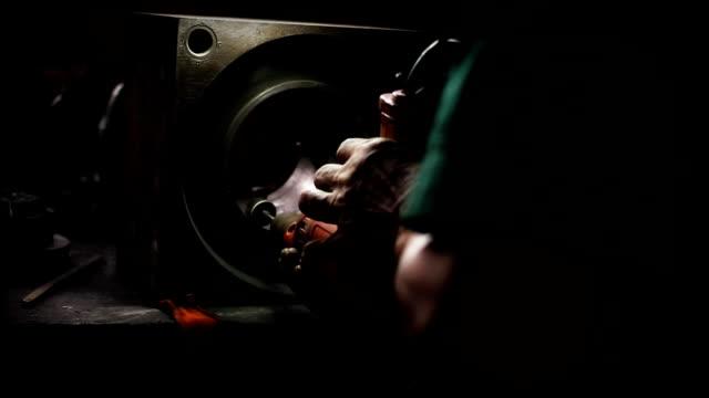 bambola girato : lavoratori operano un primo piano industriale macinino su un pezzo di acciaio. - 2016 video stock e b–roll