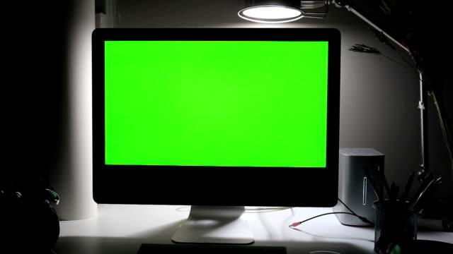 ドリーは、テーブルの上緑コンピューター画面を撮影 - pc 画面点の映像素材/bロール