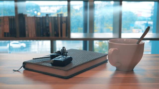 vídeos de stock e filmes b-roll de 4k dolly shot: during coffee break time. - coffee table