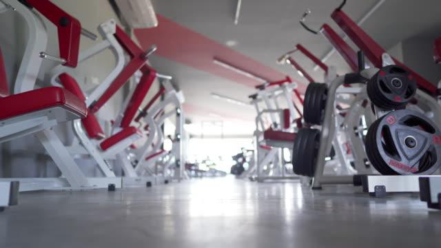 돌리 촬영 빈 체육관 동안 코비드-19 - 헬스 클럽 스톡 비디오 및 b-롤 화면