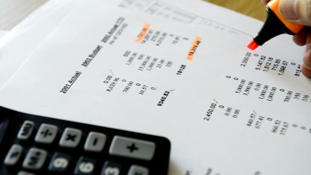 hd-dolly schuss-financial dokumente prüfen - sparsamer lebensstil stock-videos und b-roll-filmmaterial