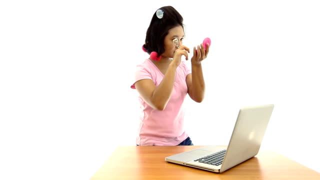 dolly shot : girl をアップで携帯電話を使用する - リップクリーム点の映像素材/bロール