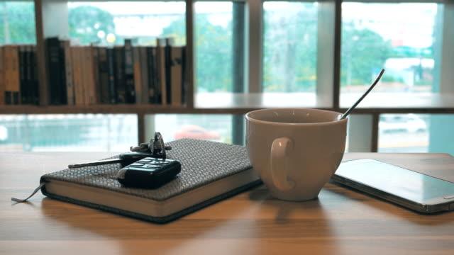 vídeos de stock e filmes b-roll de 4k dolly shot: hot coffee art relax time in office - coffee table