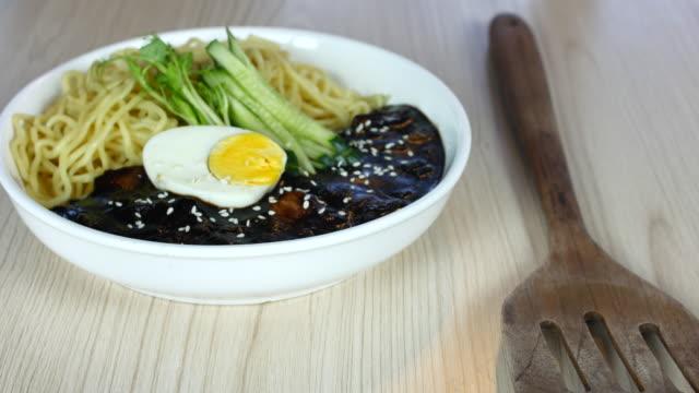 dolly girato jajangmyeon, coreano salsa di fagioli neri spaghetti - cultura coreana video stock e b–roll