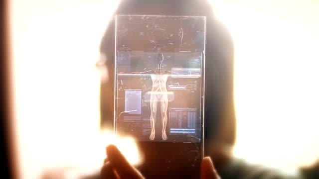 ドリーは、医療技術、患者の医療健康データとホログラムのインターフェイスを使用して女性を撮影しました。 - ホログラム点の映像素材/bロール