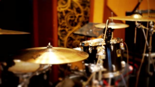 dolly skott: musik instrument, trumset på en scen. - trumset bildbanksvideor och videomaterial från bakom kulisserna