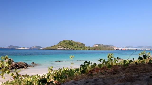 dolly shot nangrong splendida giornata in spiaggia in thailandia - full hd format video stock e b–roll