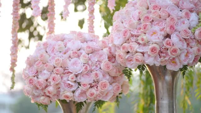 dolly strzał bukiet różowych róż w wazonie. - para aranżacja filmów i materiałów b-roll