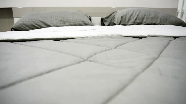 laleczka strzał z luksusowe łóżko typu king-size - kołdra filmów i materiałów b-roll