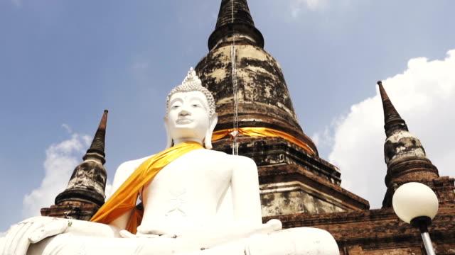 dolly skott av buddha-statyn i ayutthaya historiska park, thailand - fornhistorisk tid bildbanksvideor och videomaterial från bakom kulisserna