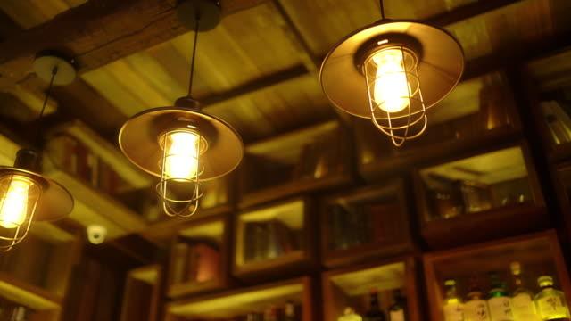 dolly schuss von dekorativebeleuchtung an der bar - led leuchtmittel stock-videos und b-roll-filmmaterial