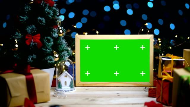 dolly shot della cornice dello schermo verde tra la decorazione natalizia. con segni di tracciamento. 4k - christmas table video stock e b–roll