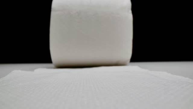 トイレットペーパーのクローズアップのドリーショット。 ビデオ