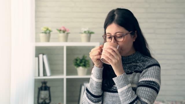 女性のドリー ショットは、ホット チョコレートをお楽しみください。 - マグカップ点の映像素材/bロール