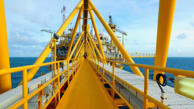 stockvideo's en b-roll-footage met dolly shot offshore platform - olie industrie