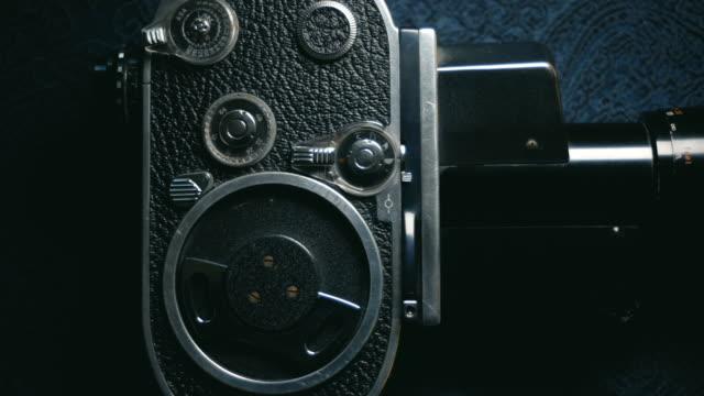 ドリー ショット: 昔ながらのビンテージ アナログ 8 mm クラシック ムービー カメラ - 骨董品点の映像素材/bロール