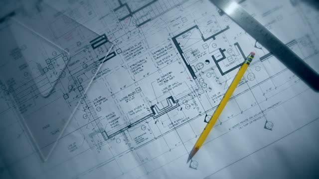 vidéos et rushes de dolly tiré sur les plans de l'architecte de conception de logement - hlm
