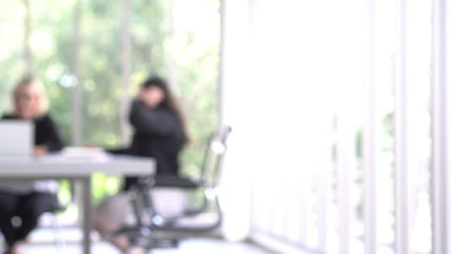 dolly shot people work in green working space - rozmazanie ruchu filmów i materiałów b-roll