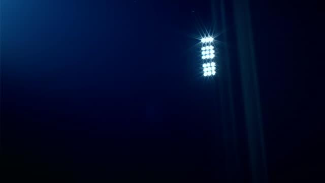 vídeos de stock e filmes b-roll de dolly shot reveiling  football/soccer/sports stadium lights agains dark sky, 4k - campeão soccer football azul