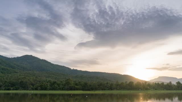 dolly sköt solnedgången bakom fjällen i skymningen timelaps - dramatisk himmel bildbanksvideor och videomaterial från bakom kulisserna