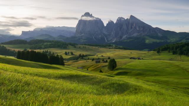 Dolly erschossen Zeitraffer, beweglichen Wolke in Seiser alm, Dolomiten – Video