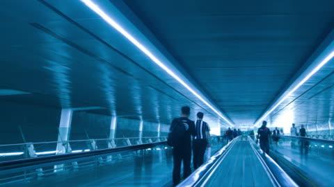 vídeos de stock e filmes b-roll de dolly shot time lapse silhouette people on flat escalator - futurista