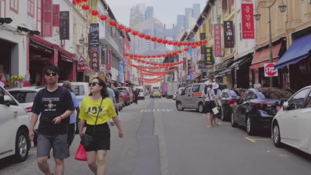 Dolly-Schuss-Blick auf die walking Street in Chinatown in Singapur. – Video