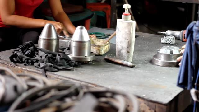 bambola girato : operaio lucidare in metallo. - 2016 video stock e b–roll