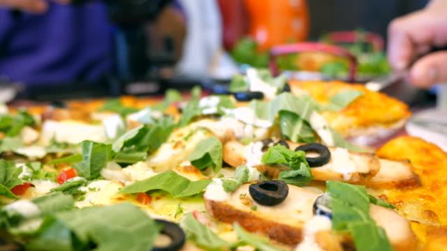 Câmera em movimento: serve pizza - vídeo